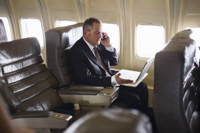 有的航空公司允许使用手机,但禁止语音或视频通话,比如美联航,日本全日空也有类似规定。英国维珍航空的规定则宽泛一些,部分机型达到一定高度以上可以开机,开启国际漫游并进行通话和收发短信。埃及航空同样允许在A330-300机型使用手机通话、收发短信和上网。 专业律师:没有发生任何手机干扰飞行案例 半个月前,中国民航局公布了民航法修订征求意见稿,这是民航法自从1996年开始实施以来的一次重大修订。对于手机禁令,征求意见稿中也明确提出禁止违规使用手机。违反者,可能面临最高五万元的罚款。 北京航空法学会常务副会